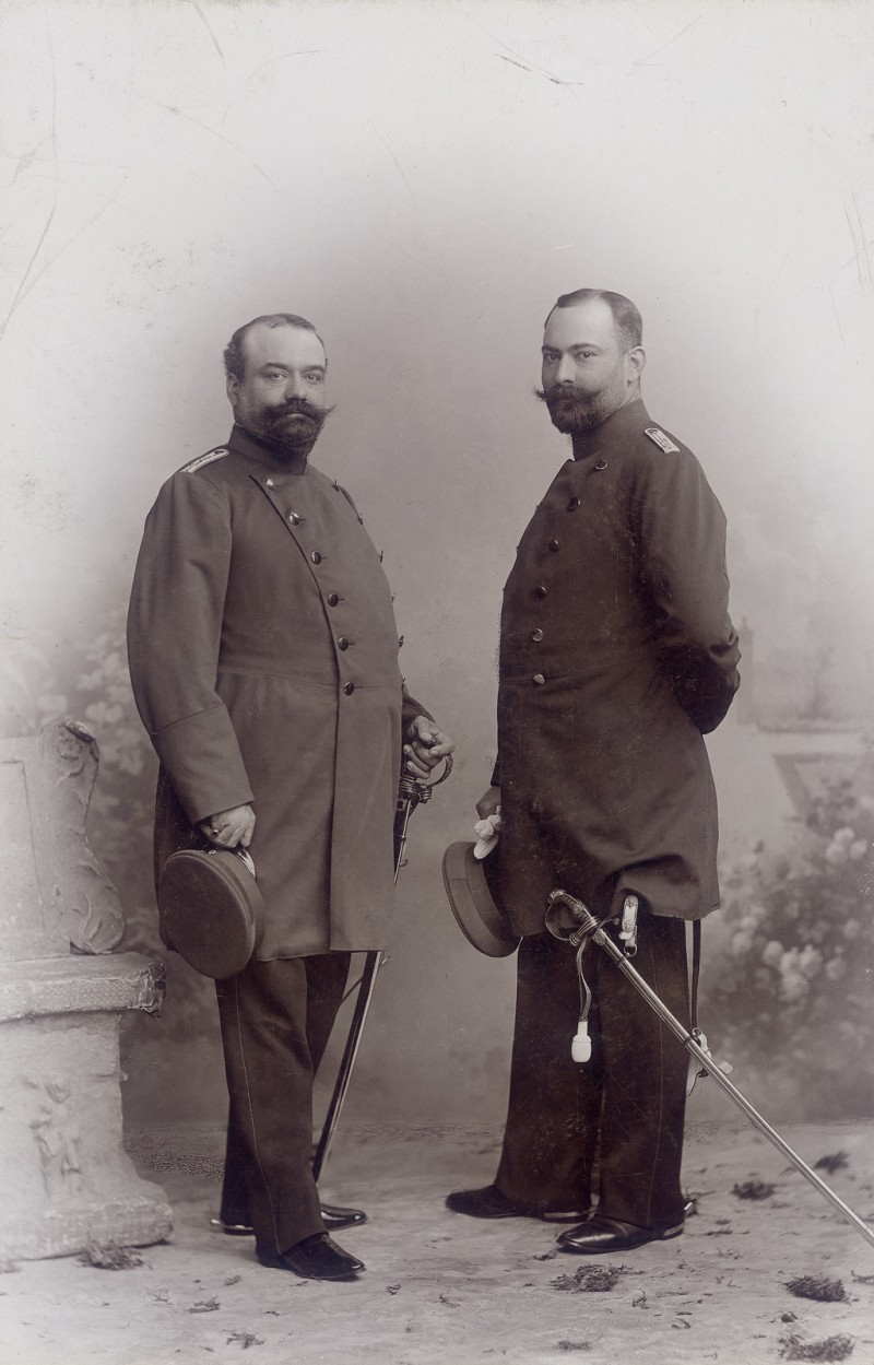 Franz von Mendelssohn with his older brother Robert (left) in military uniform in 1898.  Image: private collection